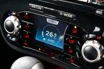 Новый фирменный дисплей Intelligent Control Display позволяет управлять настройками автомобиля, на нем применена особая светодиодная технология. С его помощью можно откорректировать параметры работы системы кондиционирования или выбрать один из трех режимов вождения: Normal, Sport и Eco. Форма переключателей и подсветка кнопок также отличаются своей оригинальностью.