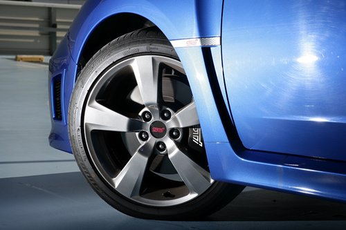 18-дюймовые алюминиевые колеса с 5-ю спицами. При желании эти колеса могут быть заменены алюминиевыми колесами марки BBS.