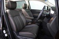 На фото представлены передние сидения 350 Highway STAR Premium, выполненные из натуральной кожи. На месте водителя при помощи электронного управления можно регулировать наклон кресла, его расположение по отношению к рулевому колесу, а также поддержку в области поясницы. На пассажирском сидении возможна электронная регулировка наклона кресла и подпорки для ног. Кресла в моделях только данной модификации отделаны натуральной кожей и оснащены системой Power seat. Подпорка для ног присутствует в моделях всех модификаций.