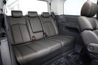 Увеличен также и размер заднего сидения. Для того чтобы открыть раздвижную дверь, достаточно одного нажатия на кнопку, расположенную на ручке снаружи – подобная технология не имеет аналогов во всем мире. В модели с 3.5-литровым двигателем электронным управлением оснащены обе раздвижные двери, а в модели с 2.5-литровым мотором – только дверь со стороны водителя.