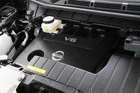 3.5-литровый двигатель VQ35DE. Расход топлива в режиме 10/15 составляет 9.4-9.8 км/л (передний привод).