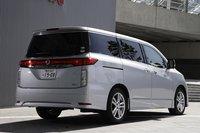 Nissan Elgrand. Вид сзади