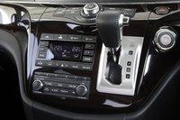Nissan Elgrand. Центральная консоль