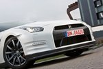 Габаритные фары под основными — одно из немногих заметных новшеств во внешности GT-R 2012.