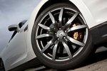 Обновленные 10-спицевые литые диски являются приятным дополнением к облику GT-R 2012.