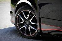 Автомобиль получил заниженную подвеску — общую высоту машины снизили на 30мм. За счет использования более жестких пружин удалось повысить демпфирующую силу амортизаторов и уменьшить крен на поворотах. Опционально модель может быть оснащена 18-дюймовыми алюминиевыми дисками, украшенными стильной красной линией, как показано на фотографии. Стоимость комплекта колес для модификации G\