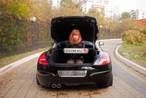 Маша демонстрирует вместительный багажный отсек Пежо RCZ