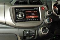 В новой модели изменен внешний вид и расположение переключателя кондиционера, появилась подсветка консоли, изменилась и форма вещевого ящика. В целом, удобство и функциональность автомобиля перешли на качественно новый уровень.