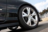 Жесткость пружин подвески увеличили на 20%, общая высота автомобиля снижена на 20мм. Стандартные тормозные колодки можно заменить на улучшенные, доплатив 29400иен (около $390). При желании можно также докупить комплект 19-дюймовых колес с литыми алюминиевыми дисками и шинами Michelin Pilot Sport PS2 за 401100иен (около $5000). На фото изображены 18-дюймовые колеса.