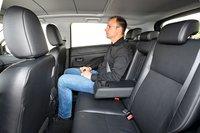 Из-за огромной стеклянной крыши пассажиры на заднем сиденье ASX могут не рассчитывать на какой-либо простор над головой.