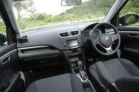 Приборная панель выполнена в черных тонах. Модификация «XS» оснащена еще и подрулевыми переключателями. В тестируемом автомобиле был установлен опциональный CD-проигрыватель со встроенным радиопередатчиком AM/FM (57330иен или $755), а также с USB-портом и USB-кабелем (8348иен или $110).