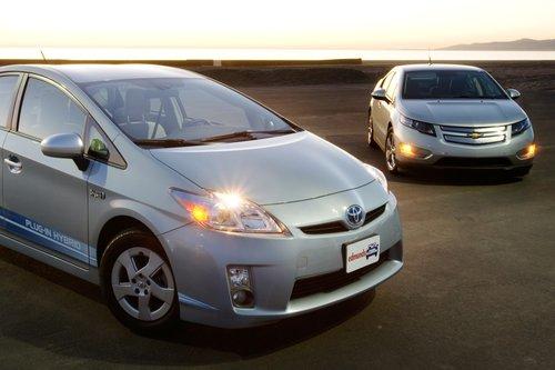 Chevrolet Volt и Toyota Prius PHV являются первыми серийными гибридами, которые можно заряжать от розетки, попавшими к нам на тестирование.