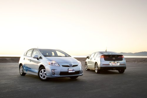 Toyota Prius PHV – это просто вариант Prius, тогда как Chevy Volt является абсолютно новой моделью.