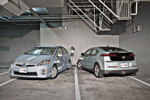 Как можно предопожить из названия моделей, Chevy Volt и Toyota Prius PHV могут ехать, используя лишь заряд батареи, но при этом у них есть бензиновые моторы и бензобаки, так что это не электромобили.