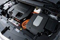 Электрические моторы Volt скрыты внутри трансмиссионной коробки, а вот 1,4-литровый бензиновый двигатель со стальным блоком расположился на виду.