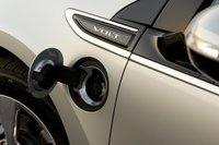 А на левом переднем крыле Chevy Volt стандартный порт SAE J1772, через который машину можно подключать как к 120-вольтовым, так и к 240-вольтовым электросетям.