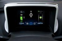 Этот 7-дюймовый цветной монитор с высоким разрешением является инструментальной панелью Chevrolet Volt. Зеленая шкала слева отражает уровень заряда батареи.