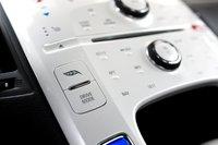 Можно переключать режим с обычного на спортивный. А кнопка с изображением листика выводит на монитор различные параметры функционирования энергосистемы Volt вместо обычной системы навигации.