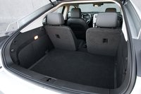 Это пространство между задними сидениями теоретически может увеличить вместимость багажного отделения, а это само по себе неплохо. Особенно если учесть, что вместимость багажника Volt составляет всего 300 литров – это примерно половина объема багажника Prius.