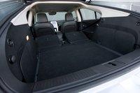 Если сложить задние сидения, то идеального ровного пола не получится, да и поднимать багаж придется весьма высоко, на 12 см выше, чем при загрузке Prius.