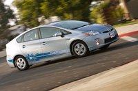 За исключением промо-стикеров и серебристых дверных ручек и корпусов боковых зеркал, этот Toyota Prius PHV ничем не отличается от последнего поколения обычного Prius.