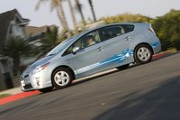 Со стороны водителя Prius PHV выдают два лючка – передний для зарядки батареи, задний – для бензина.