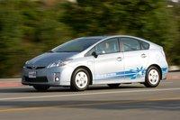 Максимально быстрый разгон до ста км/ч занимает у Prius 10,1 секунды, причем такая агрессия по отношению к педали акселератора никак не сказывается на состоянии батареи, поскольку при резком нажатии на педаль сразу же подключается бензиновый мотор.