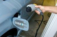 Конечно же Prius продается в комплекте с кабелем для зарядки автомобиля от любой гаражной розетки, но здесь все делается вручную, никаких программ и таймеров.