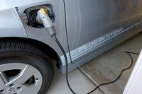 Емкость батареи Prius PHV составляет всего 5,2 кВт, так что на ее полную зарядку требуется всего три часа (от 120-вотльтовой сети). А значит, вам не понадобится устанавливать более мощное зарядное устройство.