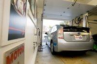 Правда, энергокомпании, предлагающие специальные тарифы для покупателей электромобилей, требуют обязательную установку отдельного счетчика и 240-вольтового зарядника. Это может оказаться дороже покупки обычного бензина.