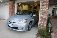 Одним из преимуществ более узкой базы Prius PHV является легкость заезда в такой гараж с воротами на одну машину.