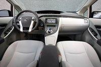 Позиция водителя в Prius PHV более высокая, а салон уже на 4 см, что чувствуется на линии плеч.