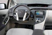 Несмотря на то, что датчики здесь удачнее, чем в обычном Prius 2010, нам они все равно не нравятся.