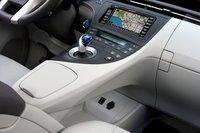 Селектор КПП Prius PHV расположен довольно высоко на «мостике», соединяющем центральную консоль и подлокотник.