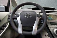 Даже в максимально приближенной позиции руль Prius все равно находится далековато, хотя кнопками управления на руле пользоваться удобно.