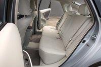 Пассажиры на заднем сидении Prius получили намного больше пространства для ног и головы. К тому же их головы не мешают обзору, как в Volt.
