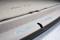 Чтобы разместить батареи. Инженерам пришлось поднять пол багажника Prius PHV на 3,8 см в сравнении с обычным Prius.