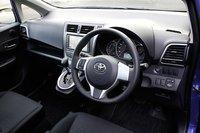 Основная комплектация «G» с мотором объемом 1,3 или 1,5л имеет обитые кожей руль и ручку переключателя передач, она оснащена системой «Smart Entry & Start», автоматическим кондиционером, противоугонным устройством. Дополнительно для модификации «1.5G» с передним приводом за 105000иен (около $1280) можно приобрести панорамную крышу с 99% коэффициентом защиты от ультрафиолетовых лучей.