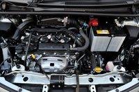 Моторный отсек комплектации «F» с системой «старт-стоп». Автомобиль оснащен всего одним аккумулятором. Новый стартер оборудован обгонной муфтой, действующей по принципу храпового механизма. Она позволяет отключать стартер сразу после повторного запуска двигателя. На перезапуск мотора уходит 0,35секунды. На одном литре бензина модель, оснащенная системой «старт-стоп», способна проехать в режиме 10-15 на 2,5км, а в режиме JC08 на 1,2км больше, чем автомобили, не использующие эту систему.