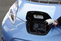 Разъем для зарядки машины располагается в ее передней части. Правый порт предназначен для «обычной» зарядки, левый — для «быстрой». Первый тип зарядки позволяет полностью зарядить аккумулятор за 8часов, в то время как второй тип зарядит пустую батарею на 80% всего за полчаса.