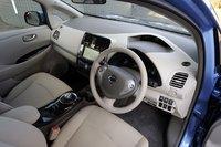 Интерьер Nissan Leaf. Приборная панель имеет два уровня: снизу расположен «приплюснутый» экран, который я уже упоминал выше, над ним находится вытянутый узкий дисплей, отображающий скорость и всевозможные экологические настройки.