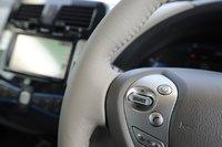 Если нажать кнопку на руле, система подскажет, сколько километров автомобиль еще сможет проехать.