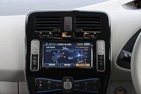 Центральная консоль представляет собой жидкокристаллический экран, на котором отображается информация, необходимая водителю электромобиля (расстояние, которое машина может покрыть, расположение ближайших пунктов зарядки и т. д.)