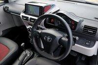 Интерьер спортивной модификации «GO»: спортивный руль обит натуральной кожей и прошит красной строчкой, центральная панель украшена серебристыми пластинами, над приборами располагается черный козырек. Навигационная система с HDD, изображенная на фото, — дилерская опция стоимостью 207900иен (около $2700).