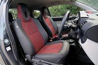 В комплектации «Leather Package» доступно 2вида обивки кресел: черная кожа с серым материалом и черная кожа с красным материалом (представленная на фото).