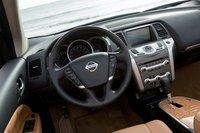 Обтянутое кожей рулевое колесо предлагает не только вполне предсказуемые кнопки, но и точное и отзывчивое управление.