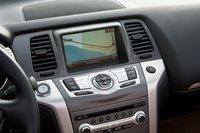 Сенсорный монитор, навигационная система из версии с жесткой крышей с системой XM и 9,3 Gb пространства на жестком диске для хранения вашей любимой музыки являются стандартным оснащением для Nissan Murano CrossCabriolet AWD.