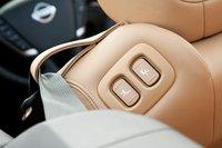Водительское сидение, оснащенное электроприводом, можно приводить в движение, сидя на заднем сидении при помощи этих переключателей (которые так же работают, когда автомобиль двигается, что, на наш взгляд, является значительным упущением).