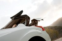 Сложить крышу можно и не садясь внутрь — достаточно лишь нажать и удерживать кнопку, расположенную на ручке водительской двери.