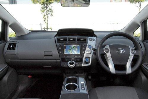 Дизайн интерьера для Prius V обновили. Это по-прежнему довольно аскетичный салон, да и качество использованных для отделки материалов нас вновь не порадовало.